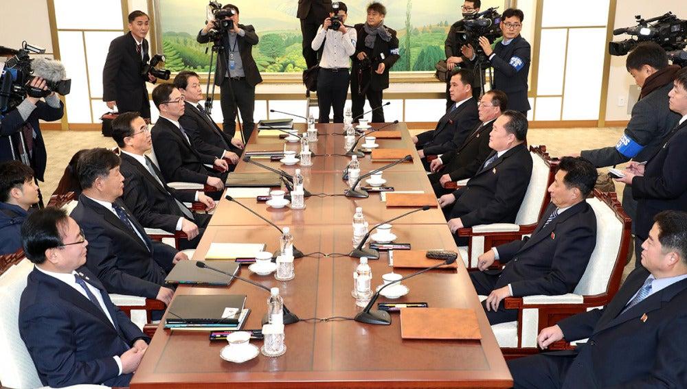 Integrantes de Corea del Norte y Corea del Sur en la reunión
