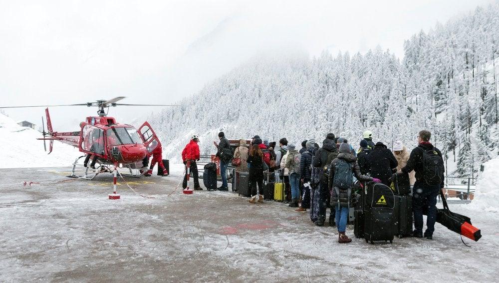 Un grupo de turistas durante el traslado en helicóptero