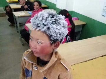La imagen del niño con el pelo congelado