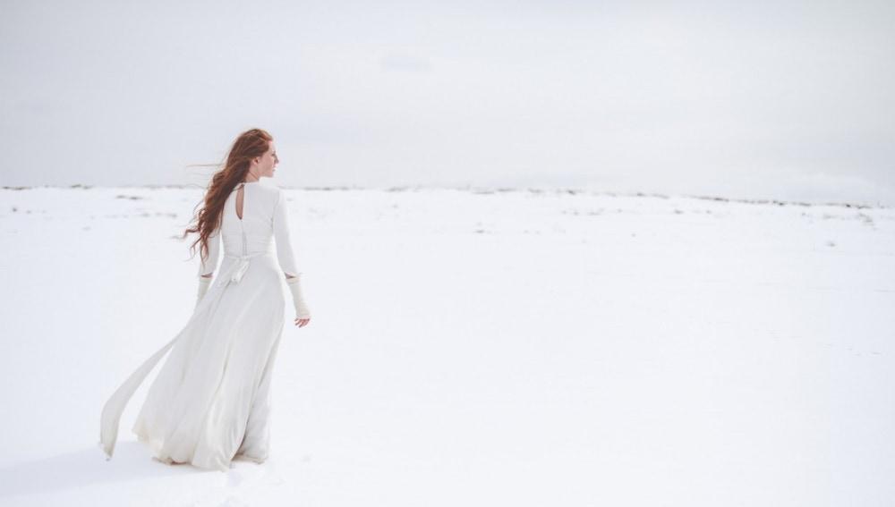 Una estola, o una bonita manta, y tendrás un look nupcial perfecto para la nieve