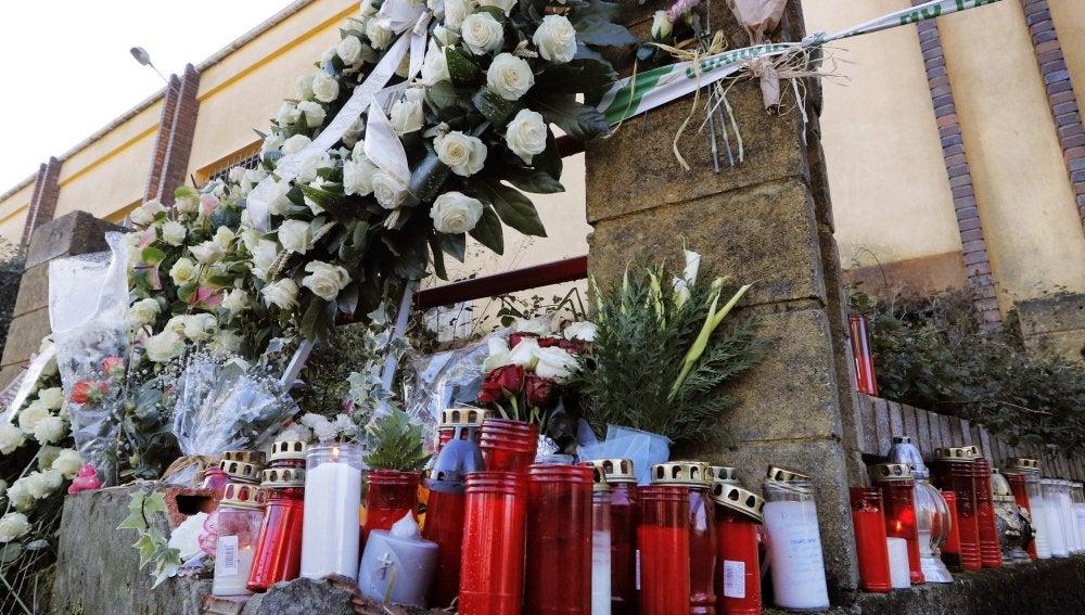 Coronas y velas que continúan llegando al altar improvisado