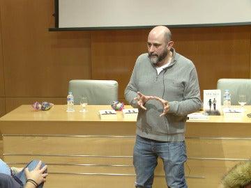 Miguel Sáez Carral responde a las preguntas de los fans de 'Apaches' tras ver el primer capítulo