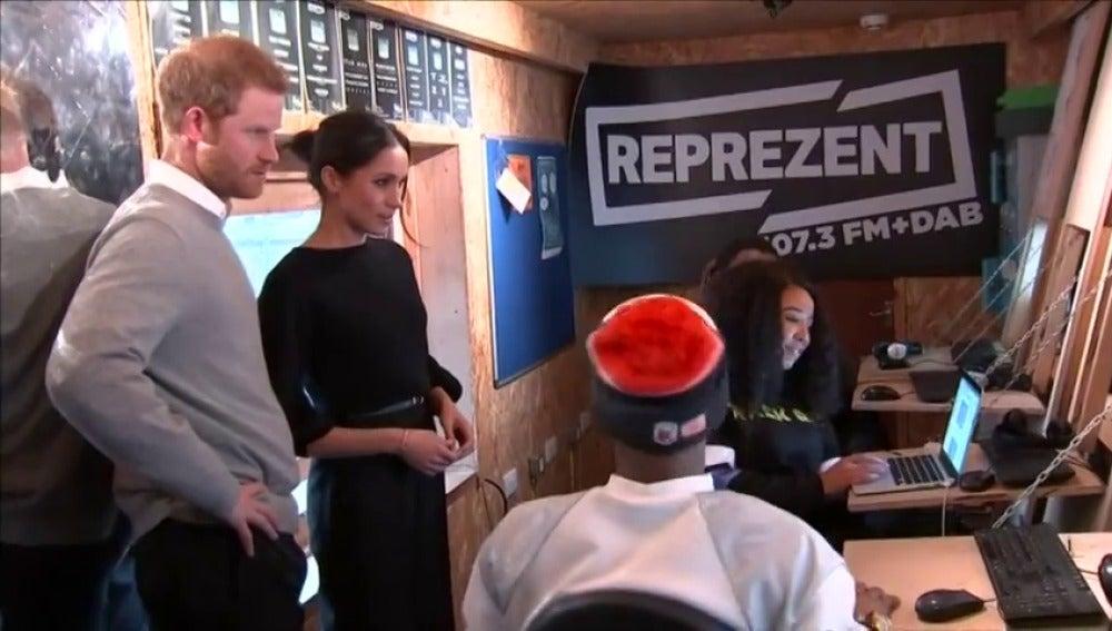Harry y Meghan visitan una emisora de radio juvenil en el sur de Londres