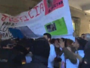 """Decenas de personas reciben al grito de """"asesinos"""" a los detenidos por el triple crimen de Dos Hermanas"""