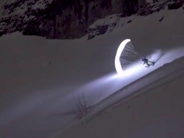 La Luciernaga de los Alpes es un parapentista francés que desafía a la noche