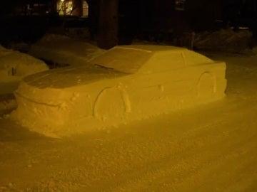 Un hombre engaña a la policía con un coche hecho de nieve