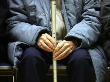 Anciano con una muleta