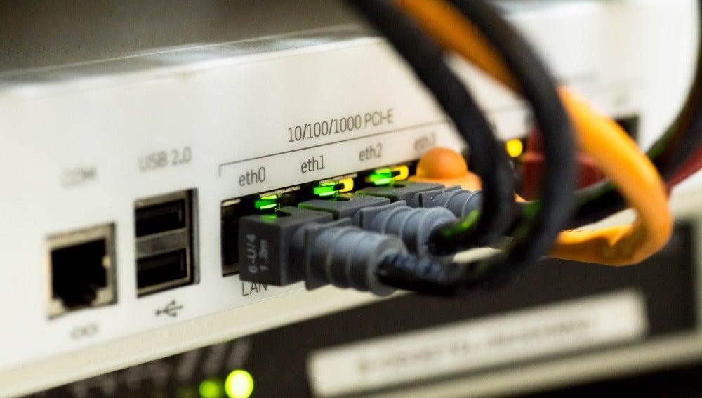 Cables conectados a un router