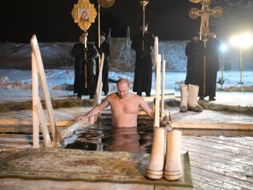 Putin se baña en aguas heladas