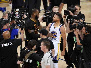 LeBron James y Steph Curry, tras un partido de las Finales de 2017