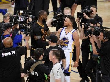 LeBron James y Steph Curry, tras un partido de las Finales de 2017