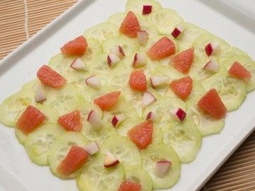 ensalada de pepino, pomelo y rabanitos