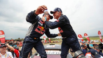 Lucas Cruz y Carlos Sainz se abrazan tras ganar el Dakar
