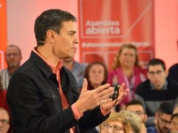 Pedro Sánchez en una asamblea abierta en Elche