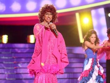 Carlos Baute se cambia de sexo y trae la salsa de Celia Cruz versionando 'Que le den candela'