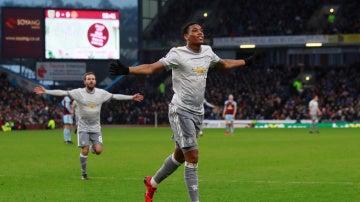 Martial celebrando su gol