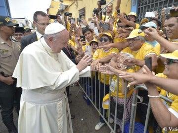 El papa Francisco saluda a sus fieles en Perú