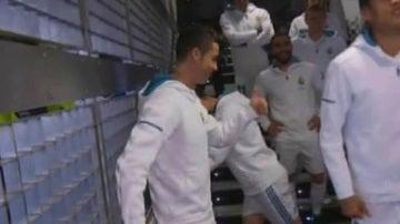 Cristiano Ronaldo dialoga con un niño en el túnel de vestuarios del Real Madrid