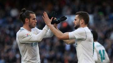 Bale y Nacho celebran el 2-1 del Real Madrid ante el Deportivo