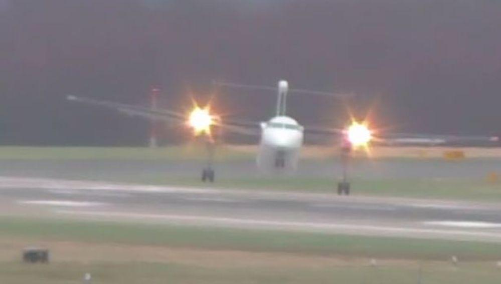 Un avión consigue aterrizar en Ámsterdam con fuerte viento