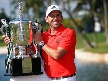 Sergio García, con el trofeo de campeón del Abierto de Singapur