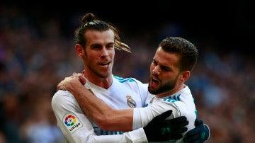 Bale y Nacho celebran uno de los goles contra el Deportivo