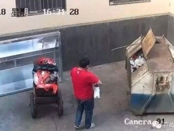 Un hombre arroja a un contenedor a su bebé recién nacida