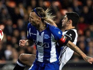 Alexis pelea por un balón ante Gonçalo Guedes