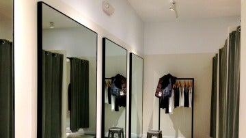 Probadores en una tienda de ropa