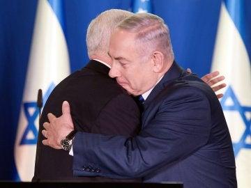 El vicepresidente de los Estados Unidos, Mike Pence (izda), abraza al primer ministro israelí, Benjamin Netanyahu