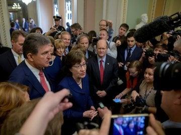 Los senadores Joe Manchin y Susan Collins ofrecen declaraciones tras salir de una sesión de voto