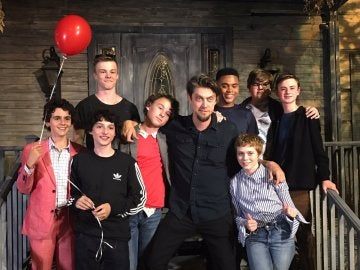 El reparto de 'It' junto a su director