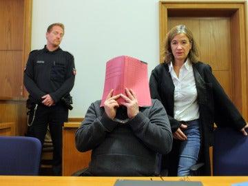 Niels H. se tapa la cara durante una sesión del juicio