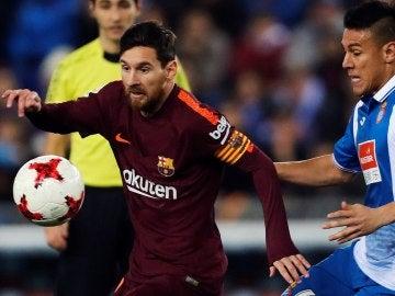 Messi, en acción ante Óscar Duarte