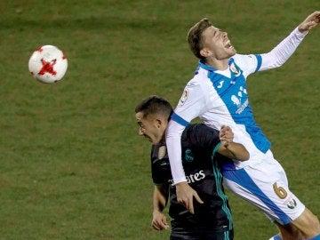 Lucas Vázquez disputa un balón ante Gerard Gumbau