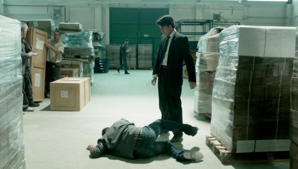 Miguel da una paliza a un socio de su padre para que deje de molestarle