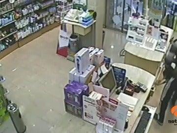 El atracador de una farmacia pierde parte del botín mientras huye