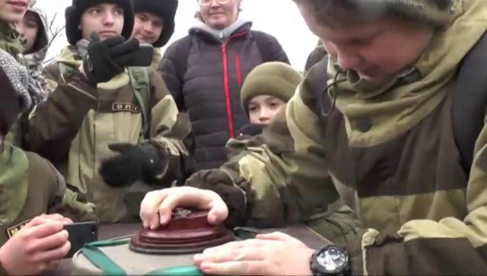 Niños y padres reciben un curso básico sobre cómo desactivar minas antipersona