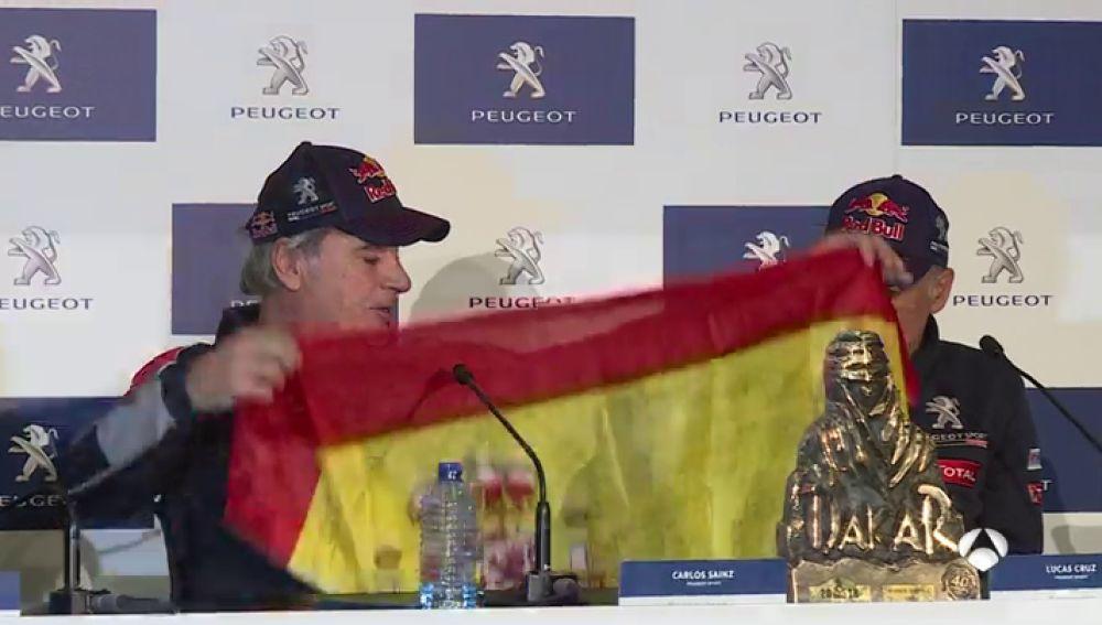 Carlos Sainz cuenta su anécdota con la bandera de España tras ganar el Dakar