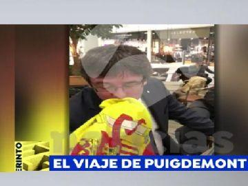 Puigdemont besa la bandera española que le ofrece un joven en Copenhague