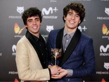 Javier Calvo y Javier Ambrossi con su premio