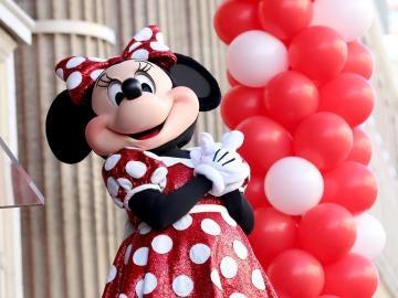 Minnie Mouse posa en la ceremonia donde recibió una estrella en el Paseo de la Fama de Hollwood en Los Ángeles