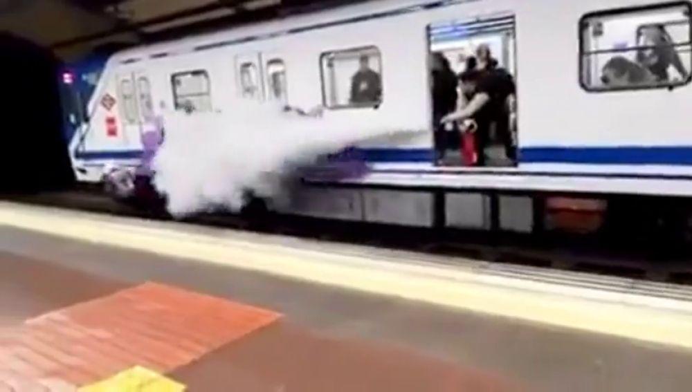 Un conductor de Metro de Madrid ahuyenta con un extintor a unos jóvenes que pintaban un grafiti en el vagón