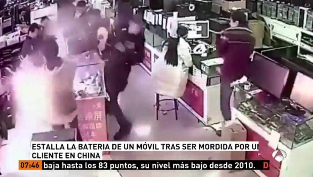 Explota la batería de un iPhone después de que un cliente la mordiera en una tienda