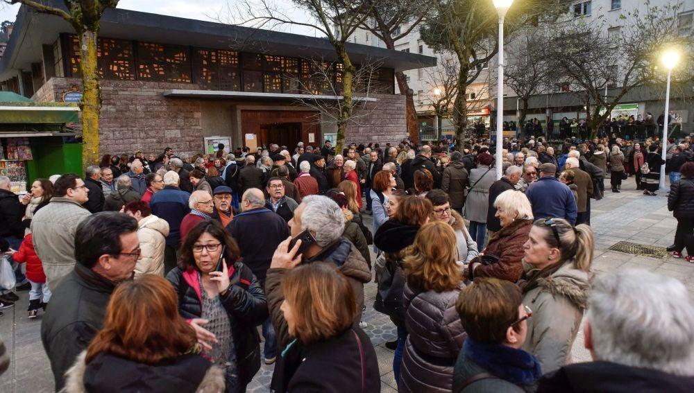 Numerosos vecinos del barrio bilbaíno de Otxarkoaga arropan a familiares y amigos