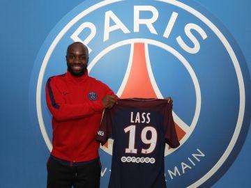 Lass Diarra posa sonriente con su camiseta del PSG