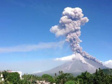 El volcán filipino Mayon intensifica su actividad con una nueva erupción