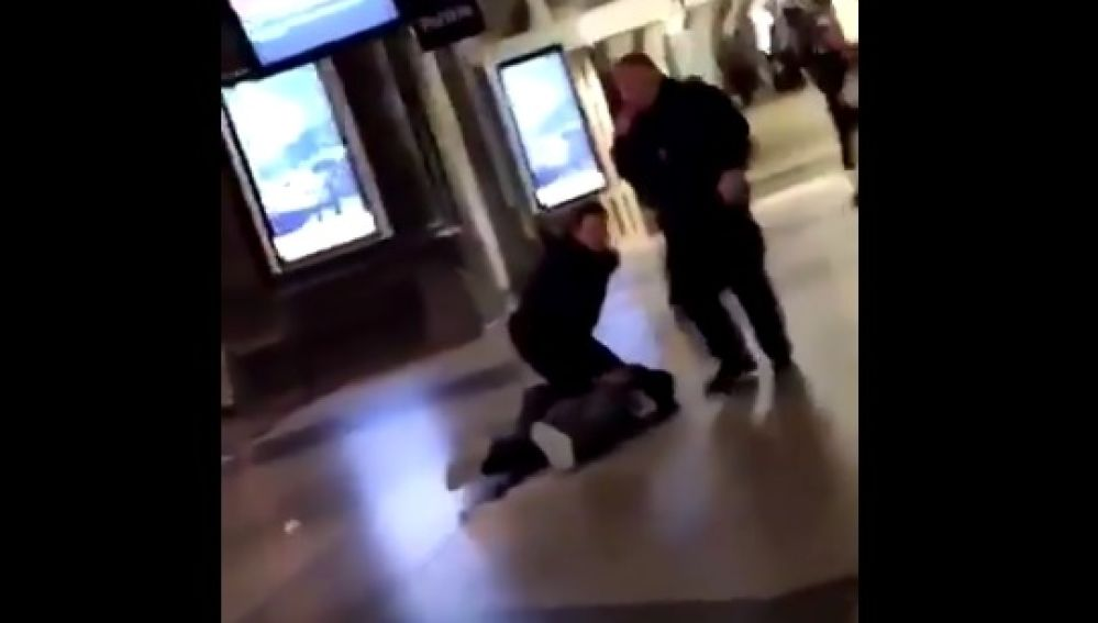 Un policía dispara a un hombre que intentó atacarle