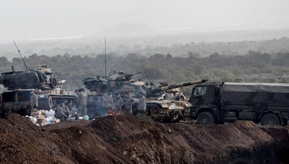 Soldados turcos preparan sus tanques antes de cruzar la frontera sirio-turca