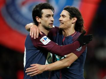 Pastore y Cavani se abrazan después de un gol